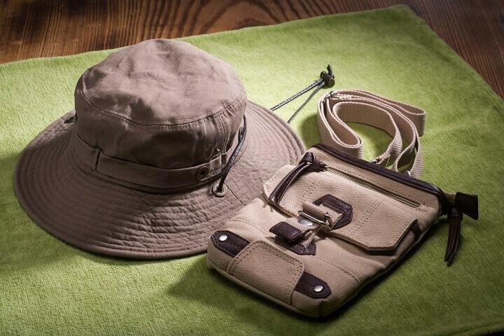 帽子とバッグで雰囲気を盛り上げます
